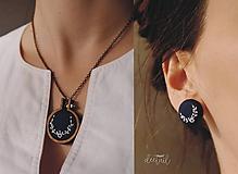 Sady šperkov - Biely polvenček v tm.modrom objatí - náušnice + náhrdelník - 10191305_
