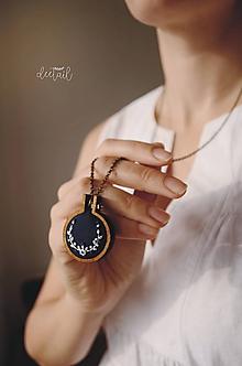 Náhrdelníky - Biely polvenček v tm.modrom objatí - náhrdelník - 10191240_