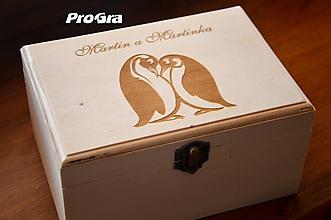 Krabičky - Drevená krabička s gravírovaním na mieru menšia - 10191970_