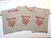 Úžitkový textil - Vyšívané vrecúško na bylinky s červeným srdiečkom - 10193932_