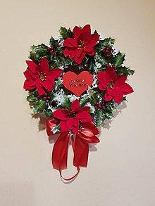 Dekorácie - veniec s červenými vianočnými ružami a cezmínou /mahóniou/ 25 cm - 10195181_