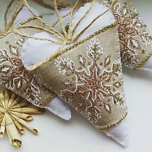 Dekorácie - Vianočné srdiečka so zlatou snehovou vločkou - 10196787_