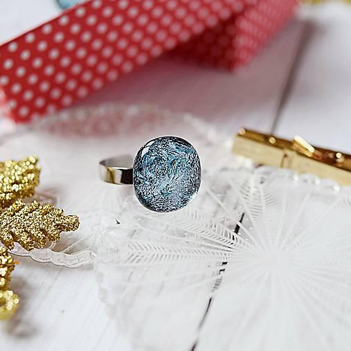 Elegantný trblietavý prsteň
