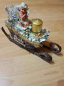 Svietidlá a sviečky - vianočný svietnik zlatý s anjelom na saniach - 10200016_