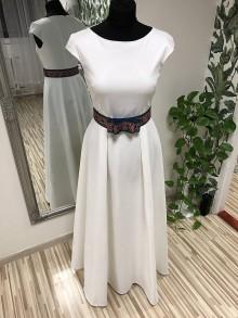 Šaty - Biele šaty s folklórnou stuhou - 10202273_