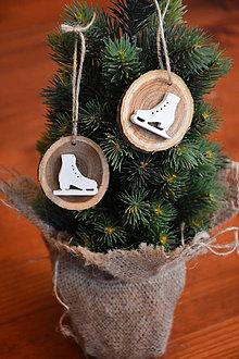 Dekorácie - Drevené ozdoby na stromček - biele korčule sada 2ks - 10199450_
