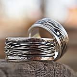 Prstene - Prepletené cesty osudu /celostrieborné varianty/ (Obrúčky s tepanými okrajmi s patinou) - 10207304_