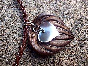 Náhrdelníky - pánsky kožený náhrdelník so srdiečkom - 10204493_