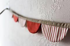 Dekorácie - Dekoračná girlanda červená+pásiky - 10208128_