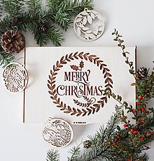 Dekorácie - Drevené vianočné ozdoby v boxe na stromček - 10207136_
