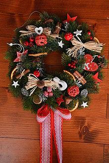 Dekorácie - Vianočný prírodný veniec v červenom 35cm - 10204070_