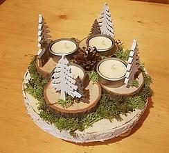 Dekorácie - prírodný adventný veniec so stromčekmi - 10209617_