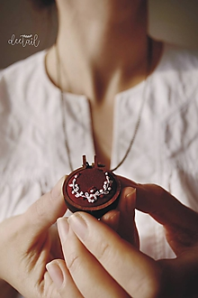 Náhrdelníky - Biely polvenček v bordovom objatí - náhrdelník - 10211309_
