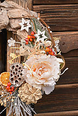 Dekorácie - Zimný veniec na drevenom podklade - 10208491_