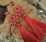 Náušnice - ZĽAVA 70 % Šité náušnice červeno-zlaté, červený strapec - 10210285_