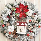 Zasnežený vianočný veniec s chalúpkou a svetielkom ... svetielko vianoc ...