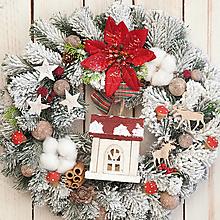 Dekorácie - Zasnežený vianočný veniec s chalúpkou a svetielkom ... svetielko vianoc ... - 10212982_