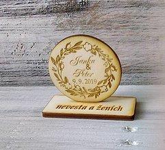 Darčeky pre svadobčanov - Drevená magnetka + menovka 2v1 - 10212785_