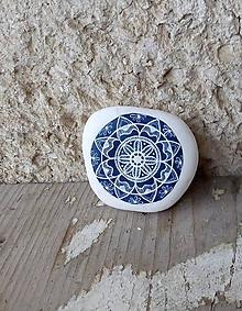 Dekorácie - Modrobiely kvietok - Na kameni maľované - 10213103_