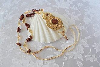 Náhrdelníky - Vyšívaný náhrdelník so slnečným kameňom, Zlatá/Smotanová - 10219098_