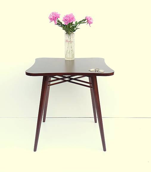 Nadčasový retro stolík