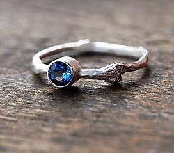Prstene - Vetvičkový s tmavomodrým topásom v striebre - 10217029_