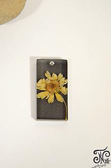 Náhrdelníky - Kúsok prírody - sušený kvet (žltý kvet - tmavé pozadie) - 10219772_