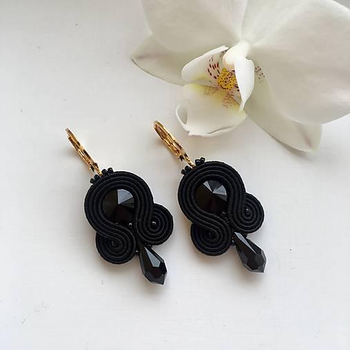 Ručne šité šujtášové náušnice / Soutache earrings - Swarovski®️crystals (Kyra - čierna - mini)