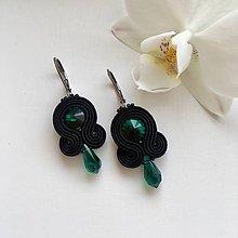 Náušnice - Ručne šité šujtášové náušnice / Soutache earrings - Swarovski®️crystals (Emília - emerald/čierna) - 10221373_