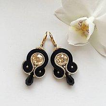 Náušnice - Ručne šité šujtášové náušnice / Soutache earrings - Swarovski®️crystals (Serena - light gold/čierna) - 10221394_