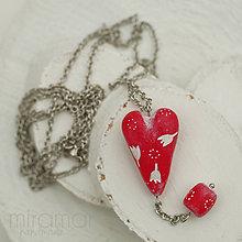Náhrdelníky - náhrdelník - červené srdiečko s korálikom - biely folk - 10228386_