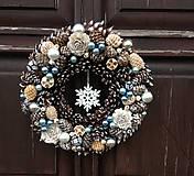 Dekorácie - Prírodný zimný šiškový veniec modrý, 33 cm - 10228187_
