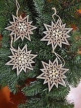 Dekorácie - natur drevené ozdoby na stromček vločky, sada- 4 kusy - 10228446_