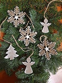 Dekorácie - natur drevené ozdoby na vianočný stromček  sada 6 kusov vločky, stromček, anjelíkovia - 10228314_