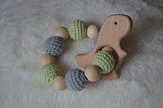 Hračky - Háčkované - drevené hryzatko (Zelená) - 10228786_