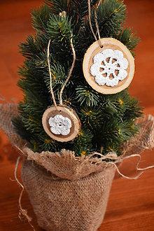 Dekorácie - Drevené háčkované ozdoby na stromček sada 2ks - 10231057_