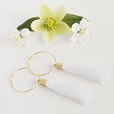 Náušnice - Zlaté kruhové náušnice s bielym strapčekom - 10234030_