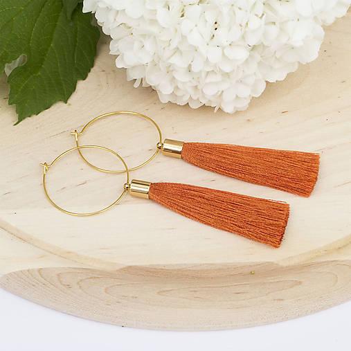 Zlaté kruhové náušnice s oranžovým strapčekom