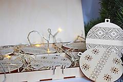 Dekorácie - Drevené vianočné ozdoby v boxe, Závesné dekorácie - 10232316_