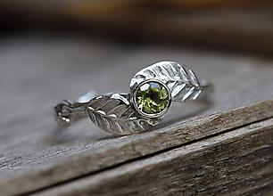 Prstene - Stříbrný s lístečky a broušeným olivínem - 10235478_