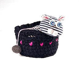 Dekorácie - ČIERNY košík s ružovými srdiečkami M / good mood - 10238881_