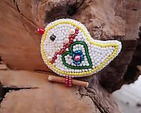 Odznaky/Brošne - Vyšívaný vtáčik veľkonočný so zeleným srdiečkom - 10240729_