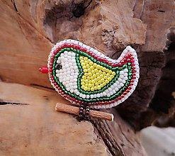 Odznaky/Brošne - Vyšívaný vtáčik veľkonočný so žltým  srdiečkom - 10240712_