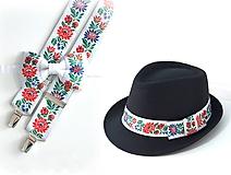 Set - pánsky klobúk, folklórny motýlik a traky - biely