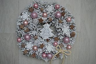 Dekorácie - Vianočný veniec Malý zasnežený v ružovom - 10244080_
