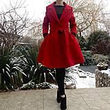Kabáty - KARMÍNOVÝ kabát s kolovou sukňou - 10246291_
