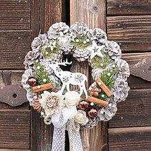 Dekorácie - Zimný venček na dvere so sobíkom - 10245108_