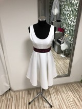 Biele krátke šaty s folklórnym opaskom