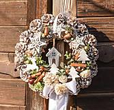 - Vianočný venček na dvere s domčekom - 10247244_