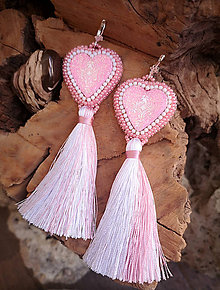 Náušnice - Srdiečkové náušnice ružové so strapcom - 10255011_